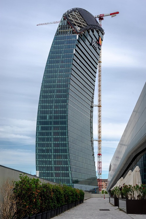 Utilior press-locked: grating installation final stage on Libeskind's tower in Milan Citylife