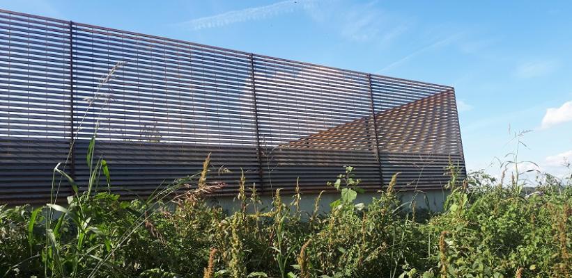 TALIALIVE | Recinzione schermante in acciaio COR-TEN in armonia il contesto agricolo