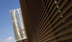 Dettaglio delle lamelle del rivestimento di facciata TaliAlive in COR-TEN