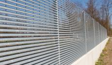 Talia louvered fence: elegance, privacy and security with linearity