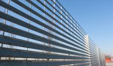 Dettaglio delle lamelle della recinzione zincata Talia di Nuova Defim Orsogril