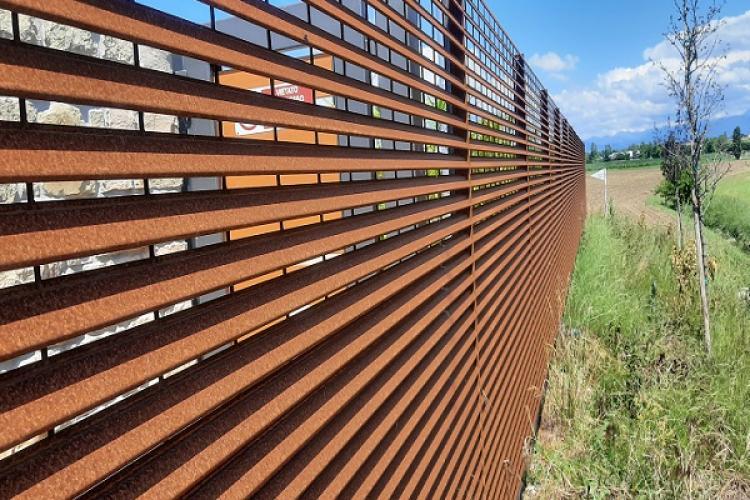 TaliAlive la recinzione lamellare in acciaio Corten in armonia con la natura