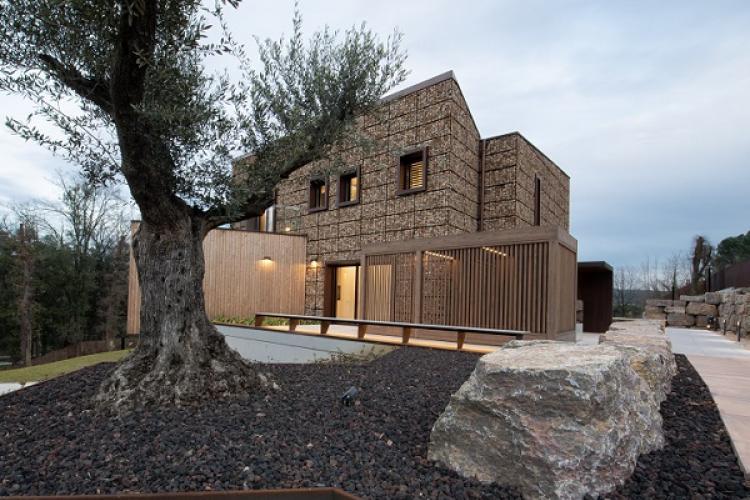 Gabbioni in acciaio COR-TEN come rivestimento di una villa ecologica