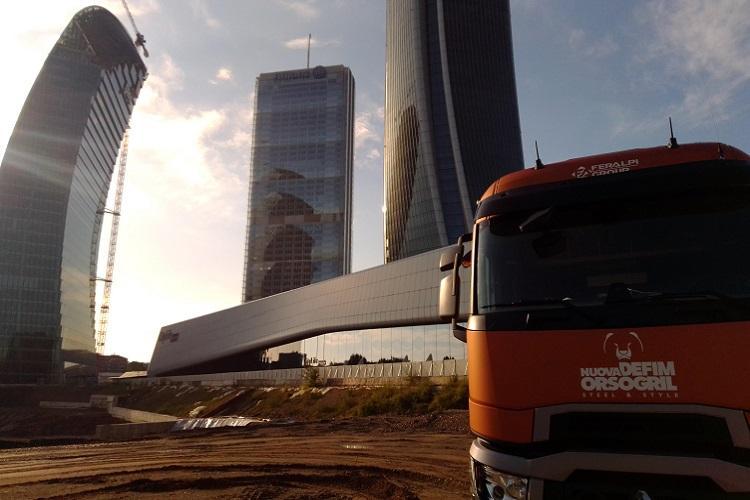 Pressato Utilior | La consegna del grigliato nel cantiere di CityLife a Milano